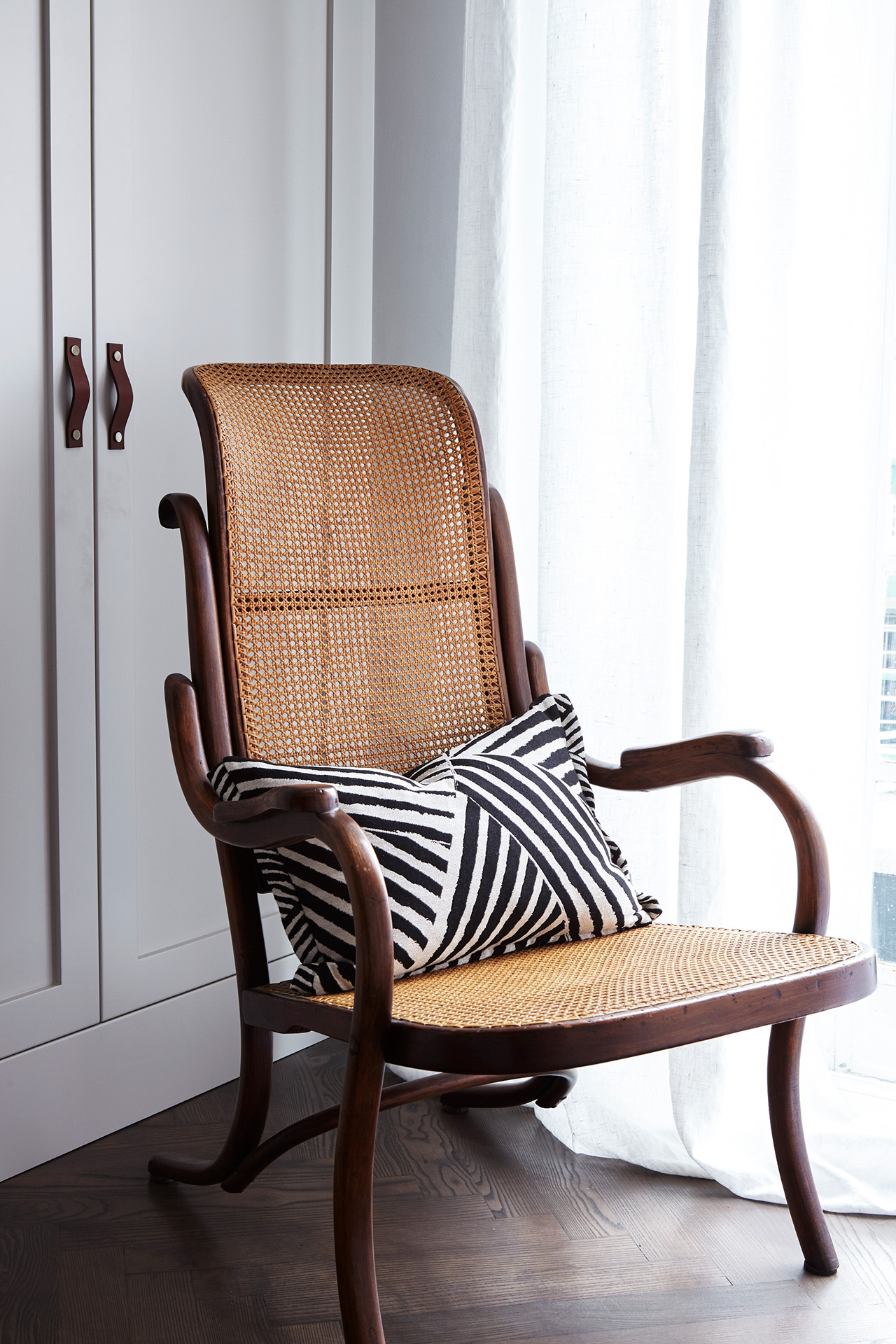 regents-park-london-apartment-interiors-design-anna-burles-fresh-cool-modern-rattan-chair-stripped-pillow